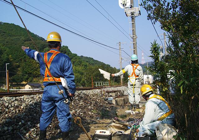 電柱架線電気工事 列車走行安全確認